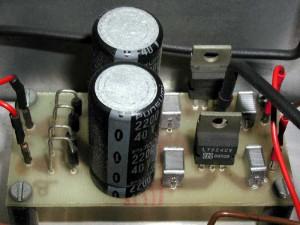 Detail van een van de gestabiliseerde +/- 24V voedingen.